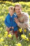 Vater und Sohn auf der Osterei-Jagd Stockbild