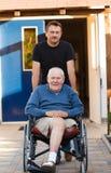Vater und Sohn auf einem Weg Lizenzfreies Stockbild