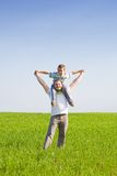 Vater und Sohn auf einem Weizengebiet Lizenzfreie Stockbilder