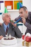 Vater und Sohn auf Geburtstag Lizenzfreie Stockfotos