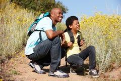 Vater und Sohn auf Landwanderung Lizenzfreies Stockfoto