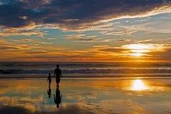 Vater und Sohn auf Sonnenuntergang lizenzfreies stockbild