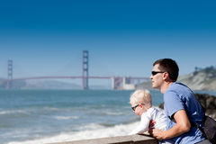 Vater und Sohn am Ausblick Lizenzfreie Stockbilder
