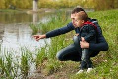 Vater und Sohn in dem Fluss Stockfoto