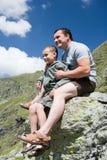 Vater und Sohn in den Bergen Lizenzfreie Stockbilder