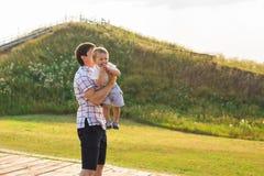Vater und Sohn in der Landschaft an einem sonnigen Tag lizenzfreie stockbilder
