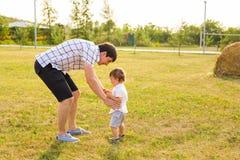Vater und Sohn in der Landschaft an einem sonnigen Tag stockbild