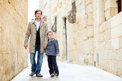 Vater und Sohn in der Stadt Stockfotografie