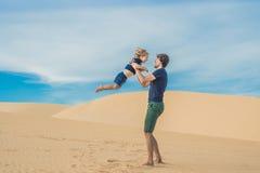 Vater und Sohn an der weißen Wüste Reisen mit den Kindern conc lizenzfreie stockfotografie