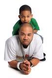 Vater und Sohn, die auf Fußboden legen lizenzfreie stockfotografie