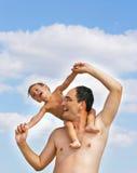 Vater und Sohn, die auf Strand spielen Lizenzfreie Stockfotografie