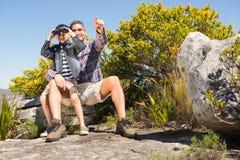 Vater und Sohn, die in den Bergen wandern Lizenzfreie Stockfotos