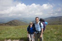 Vater und Sohn, die in den Bergen wandern Stockbild