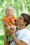 Vater und Sohn, die den Spaß im Freien hat Stockbilder