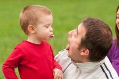 Vater und Sohn, die den Spaß im Freien hat Stockfotos