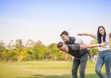 Vater und Sohn, die in der Parkfamilienzeit spielen lizenzfreies stockfoto
