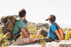 Vater und Sohn, die durch Berge wandern Lizenzfreie Stockbilder