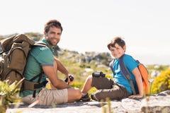 Vater und Sohn, die durch Berge wandern Lizenzfreie Stockfotografie