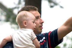 Vater und Sohn, die etwas betrachten Stockbild