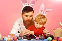 Vater und Sohn, die für Feiertag sich vorbereiten Lizenzfreie Stockbilder