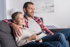 Vater und Sohn, die fernsehen lizenzfreie stockfotografie
