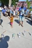 Vater und Sohn, die am Festival spielen Stockbilder