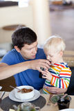 Vater und Sohn, die frühstücken Stockfotografie