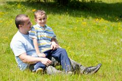 Vater und Sohn, die gute Zeit zusammen haben Stockfotografie