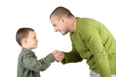 Vater und Sohn, die Hände rütteln stockfoto