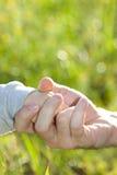 Vater und Sohn, die Hand in Hand halten Stockfotos