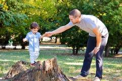 Vater und Sohn, die im Park spielen lizenzfreie stockfotos
