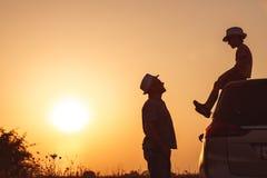Vater und Sohn, die im Park zur Sonnenuntergangzeit spielen lizenzfreies stockfoto