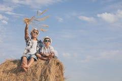 Vater und Sohn, die im Park zur Tageszeit spielen lizenzfreie stockfotos