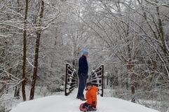 Vater und Sohn, die im Schnee spielen Lizenzfreies Stockbild