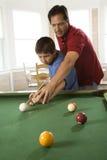 Vater und Sohn, die Pool spielen Stockfotos