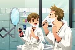 Vater und Sohn, die sich zusammen rasieren Lizenzfreie Stockfotos