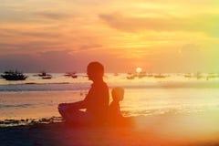Vater und Sohn, die Sonnenuntergang betrachten Stockbild