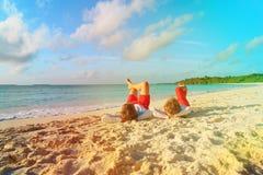 Vater und Sohn, die Spaß auf Strand haben Stockbilder