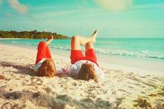 Vater und Sohn, die Spaß auf Strand haben Lizenzfreie Stockfotografie