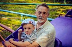 Vater und Sohn, die Spaß haben Lizenzfreie Stockfotos