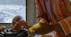 Vater und Sohn, die Spielzeugauto in einem behaglichen Haus 4k reparieren stock video