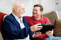 Vater und Sohn, die Tablette PC genießen Lizenzfreie Stockbilder
