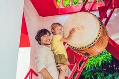 Vater und Sohn, die Touristen Wat Chalong betrachten, ist das importan lizenzfreie stockbilder