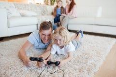 Vater und Sohn, die Videospiele spielen Stockfotos
