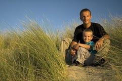 Vater und Sohn, die weg schauen lizenzfreie stockbilder