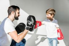 Vater und Sohn, die zusammen boxen lizenzfreie stockbilder