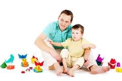 Vater und Sohn, die zusammen spielen Lizenzfreie Stockfotografie
