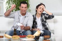 Vater und Sohn, die Spiele spielen Lizenzfreie Stockfotografie