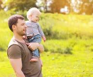 Vater und Sohn draußen Stockfoto