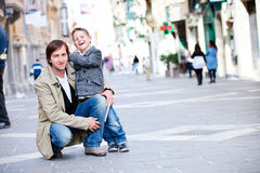 Vater und Sohn draußen in der Stadt Lizenzfreie Stockbilder